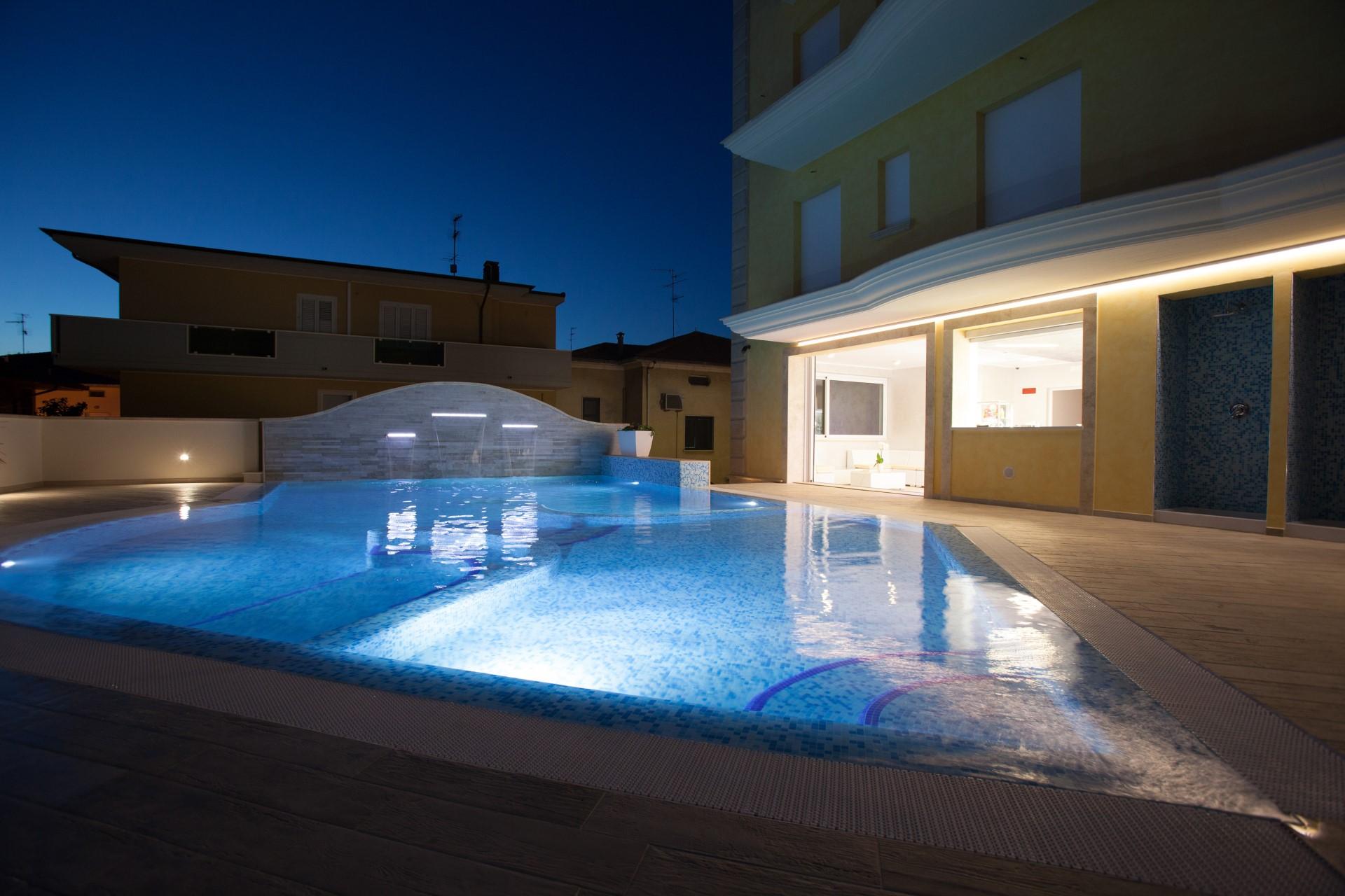 piscina notte hotel borcay alba adriatica